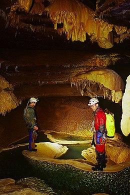 Spéléologues dans une cavité souterraine.