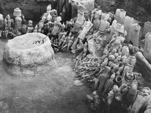 Helhetsbild med altaret. Ajia Irini. utgrävning. Αγια Ειρηνη - SMVK - C01802.tif