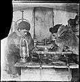 """Helmer Hanssen og Oscar Wisting i """"Intendanturen"""" som arbeidsrommet deres ble kalt, 1911 (7654805698).jpg"""