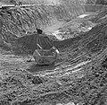 Het uitgraven van bauxieterts op het terrein van de Billitonmaatschappij bij Par, Bestanddeelnr 252-6534.jpg