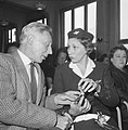 Hier toont zij haar armbandpenning aan haar vader, oud-gezagvoerder A Viruly R, Bestanddeelnr 911-6577.jpg