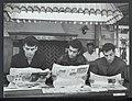 Italiaanse gastarbeiders in Twente lezen Nederlandse kranten, Bestanddeelnr 121-0419.jpg