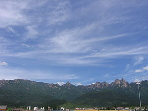 Mount Jiuhua - Image: Jiuhuashan from below