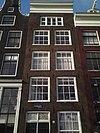 foto van Pand met gevel onder rechte lijst met goede roedenverdeling op de verdiepingen