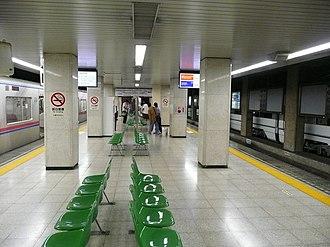 Keisei Ueno Station - Image: Keisei Ueno Sta Platform