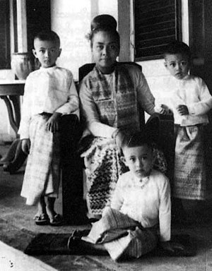 Aung San Suu Kyi - A portrait of Khin Kyi and her family in 1948. Aung San Suu Kyi is seated on the floor.