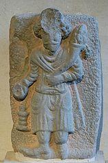 Roi tenant une corne d'abondance et sacrifiant sur un autel du feu