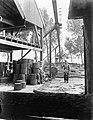 Klompenmakerij Gebr Van der Velde in Best - het binnenbrengen van een boomstam , Bestanddeelnr 252-0762.jpg