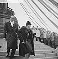 Koningin Juliana en prins Bernhard hebben een krans gelegd bij het Nationaal Mon, Bestanddeelnr 915-7991.jpg