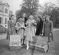 Koninklijk gezin op Soestdijk met duiven buiten, Bestanddeelnr 904-2786.jpg