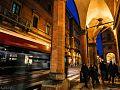 La vita quotidiana di Bologna, scorre sotto i portici.jpg