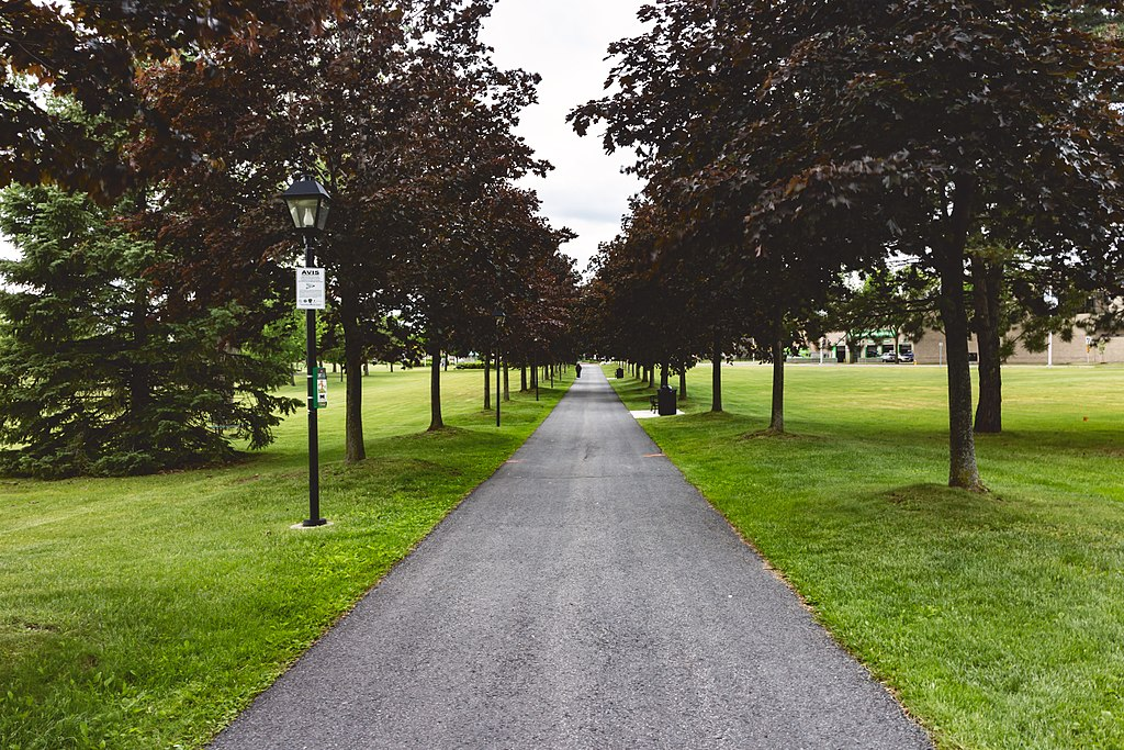 Lamoureux Park Walkway (35859110563)