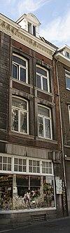 foto van Huis met lijstgevel onder een dak met de nummers 59 en 61.