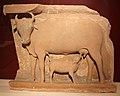 Madhya o uttar pradesh, vacca che allatta un vitellino, IX secolo ca.jpg