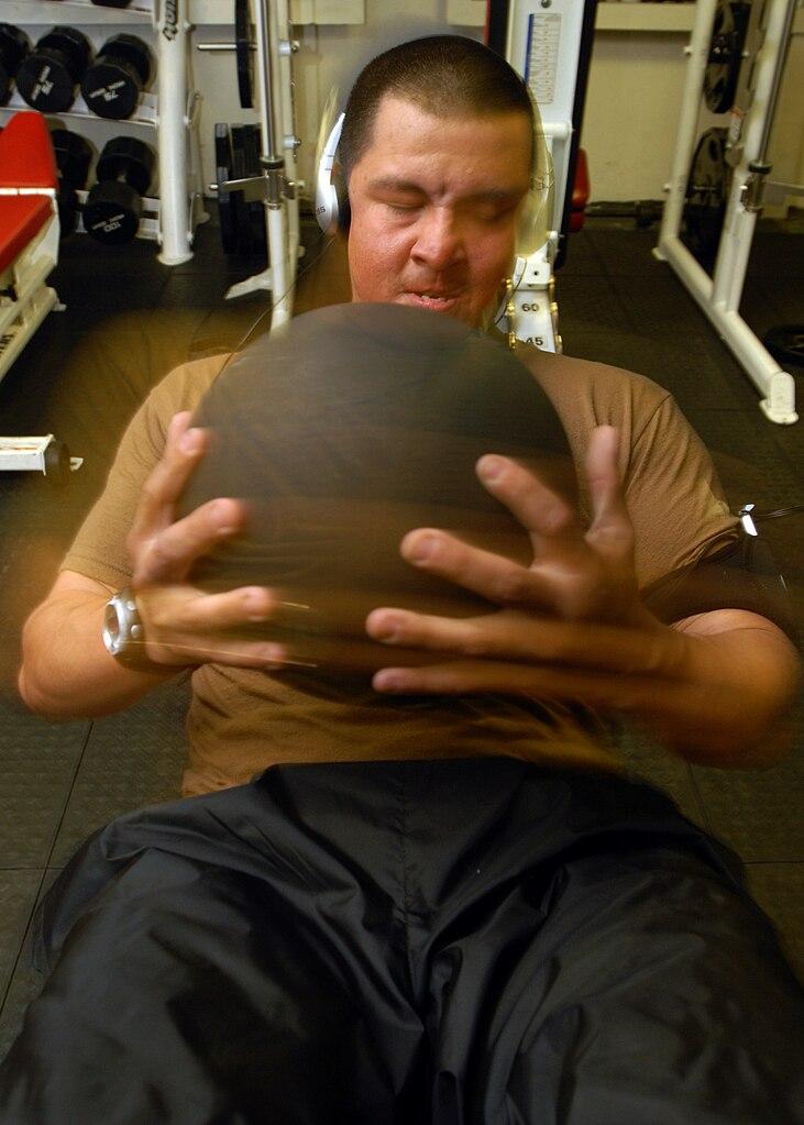 Упражнения за сила с медицинска топка