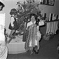 Meisje met kerstslinger in de Bijenkorf, Bestanddeelnr 908-2014.jpg