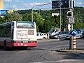 Modřanská, signály pro autobusy, projíždějící autobus a stůj.jpg