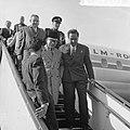 Mohammed Hatta in Nederland, aankomst op Schiphol. Op de vliegtuigtrap wuifde Ha, Bestanddeelnr 915-4787.jpg