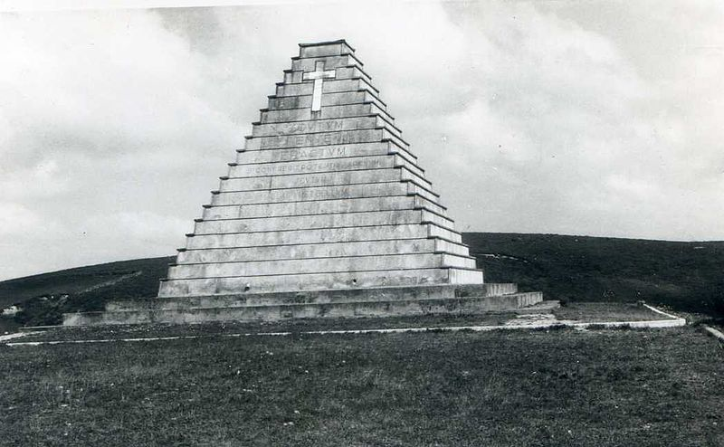 Piramide funeraria del Puerto del Escudo pyramid-shaped tomb guerra civil war italianos italians