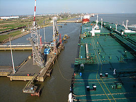 Mooring an oil tanker in Saint-Nazaire.jpg