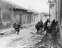 soldados nacionalistas invadindo Madrid, 1937.jpg Março