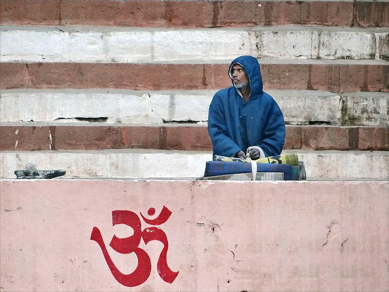File:Om inscrit sur un ghat (Varanasi) (8472448486).jpg