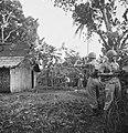 Omsingelen en doorzoeken van huizen Deze opstelling van de patrouillecommand…, Bestanddeelnr 15831.jpg