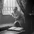 Oost-Europese rabbijn en schriftgeleerde in de wijk Mea Shearim, zittend bij een, Bestanddeelnr 255-0413.jpg