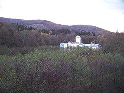 Osada Hamrštejn, továrna U Přádelny 103, z železničního mostu.jpg