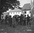 Otroci pri telovadni uri na trgu pred šolo, Drašiči 1965 (2).jpg