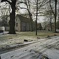 Overzicht noordgevel en oostgevel en op de achtergrond de stiftschuur - Weerselo - 20382963 - RCE.jpg