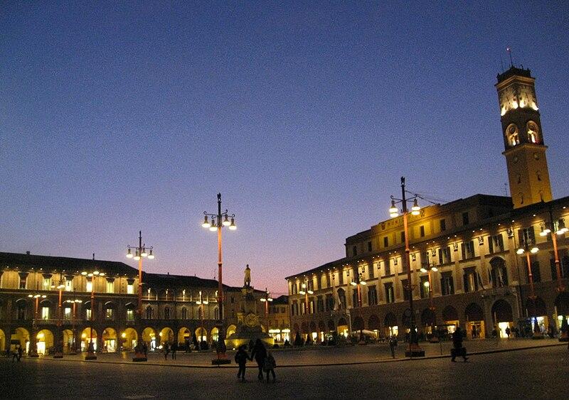 File:Piazza Saffi al tramonto.JPG