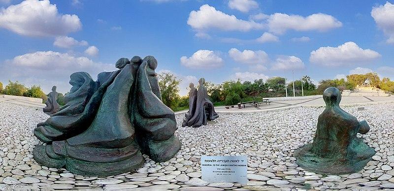 """פסל """"יד לאשה הלוחמת"""""""