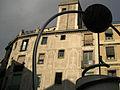Plaça George Orwell, edifici amb esgrafiats i escultura moderna.jpg