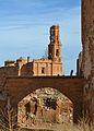 Poble vell de Belchite, arc i campanar.JPG