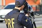 Policiais rodoviários federais operam radar móvel na Linha Verde, em Curitiba (29099448791).jpg