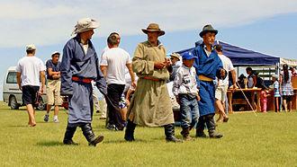 Deel (clothing) - Image: Przed rozpoczęciem lokalnego festiwalu Naadam (06)