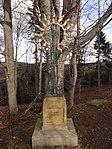 Raspenava - Luisin sluneční kříž na úpatí Pekelského vrchu, v pozadí památný Sluneční buk (2).JPG