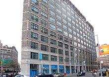 """Gebäudefassade mit Innenfensterbehandlungen mit der Aufschrift """"The Jackie Robinson Museum"""""""