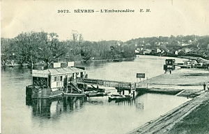 Sèvres - Banks of the Seine in the early 20th century. At that time, the River was an important transportation axis, and river shuttles, which here can be seen the pier ensured the transportation of passengers to Paris.