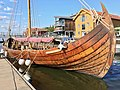 Saga Farmann Klåstadskipet viking ship replica built 2018 fore bow stempost strakes mast Tønsberg harbour havn brygge pier board walk dock brygga wooden buildings Tønsbergs blad Kaldnes bro footbridge etc Norway 2019-08-21 0027.jpg