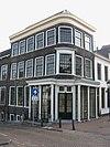 foto van Hoekpand Nieuwe Sluisstraat met in midden 19e-eeuwse afgeronde hoek