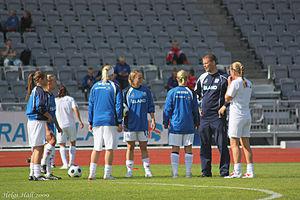 Sigurður Ragnar Eyjólfsson - Sigurður with women's national team players in 2009