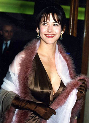 Evening glove - The French actress Sophie Marceau wearing evening gloves.