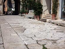 Il lastricato (in parte ricostruito) della via Appia nel centro della città romana (Foro Emiliano)