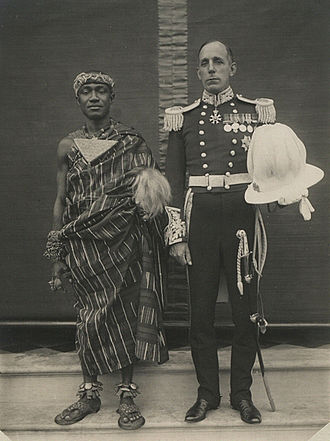 Arnold Wienholt Hodson - Arnold Hodson with the Asantehene in 1935