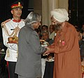 The President, Dr. A.P.J. Abdul Kalam presenting Padma Vibhushan to Shri Khushwant Singh, at an Investiture Ceremony at Rashtrapati Bhavan in New Delhi on March 23, 2007.jpg