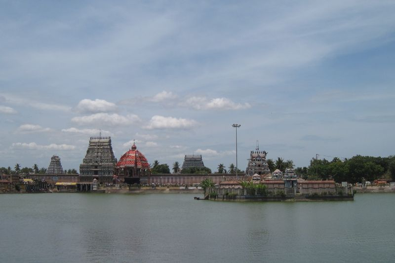File:Tiruvarur temple, tank, car.jpg