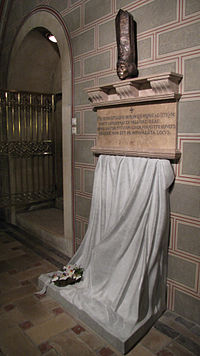 Tomb and epitaph of Janus Pannonius by Sándor Rétvári. Interior of the Pécs Cathedral.jpg