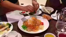 File:Tossing yusheng at Café Mosaic, Carlton Hotel, Singapore - 20150225.webm